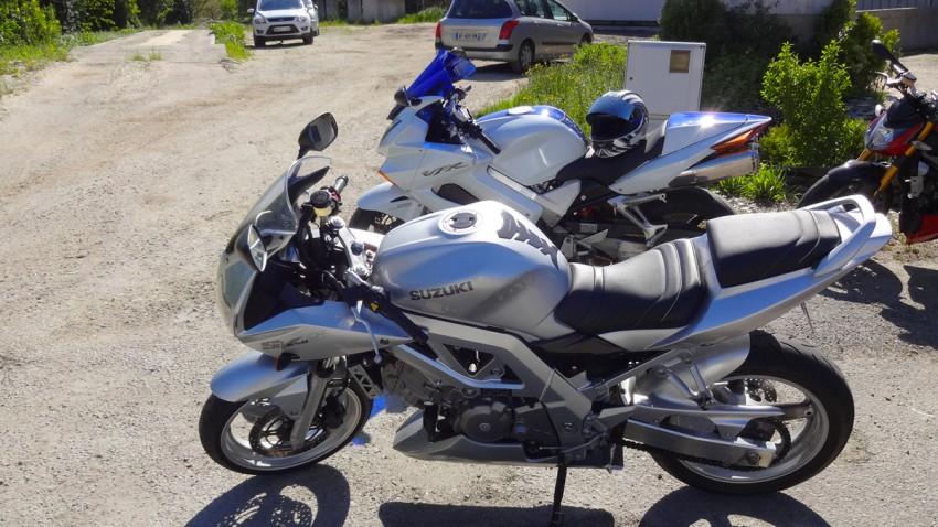 moto à l'arrêt, le temps de discuter