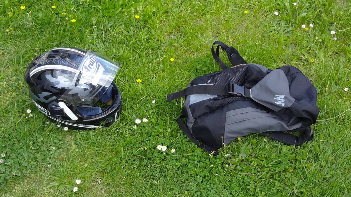 Casque de moto et sac à dos pour une balade moto