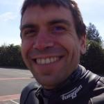 un motard heureux