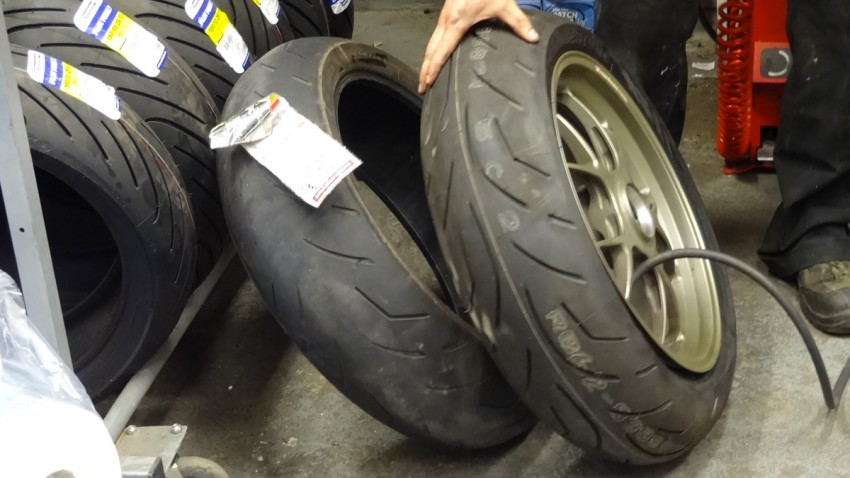 comparatif pneu neuf et pneu usé sur une moto