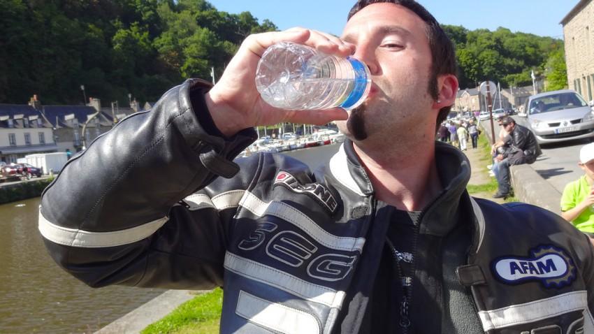 motard boit de l'eau