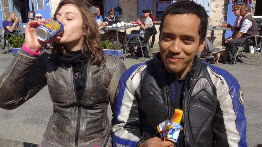 motard rennais mange une glace et boit de l'orangina