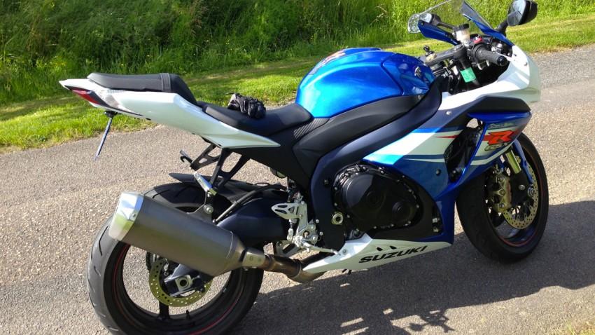 moto bleue blanche suzuki