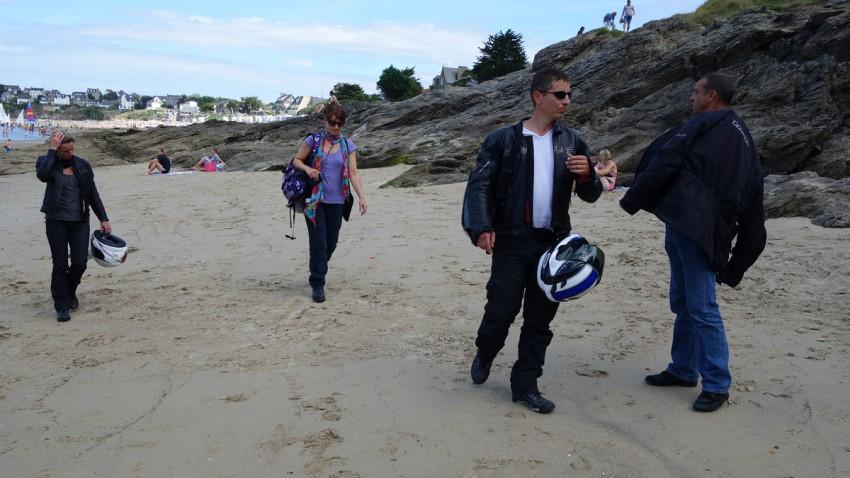 motard nu sur la plage ou presque
