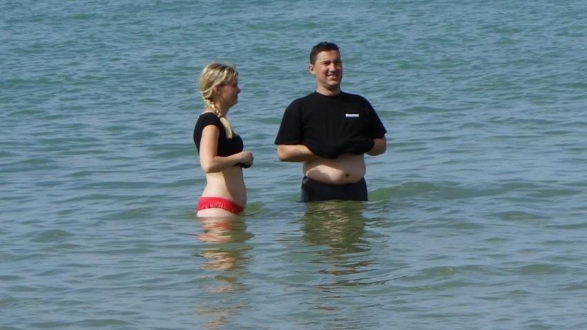 Katia et Arnaud hésite à se baigner