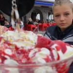 Jodie mange une glace à la framboise