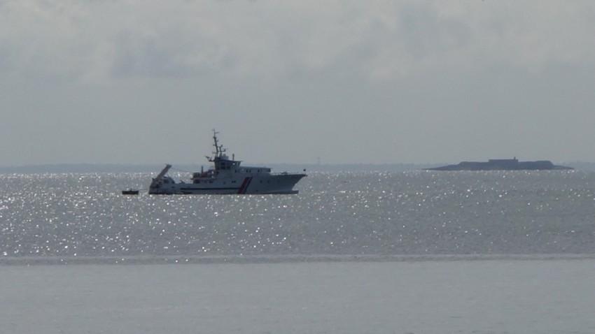 bateau de l'armée de mer Française en mer de la manche