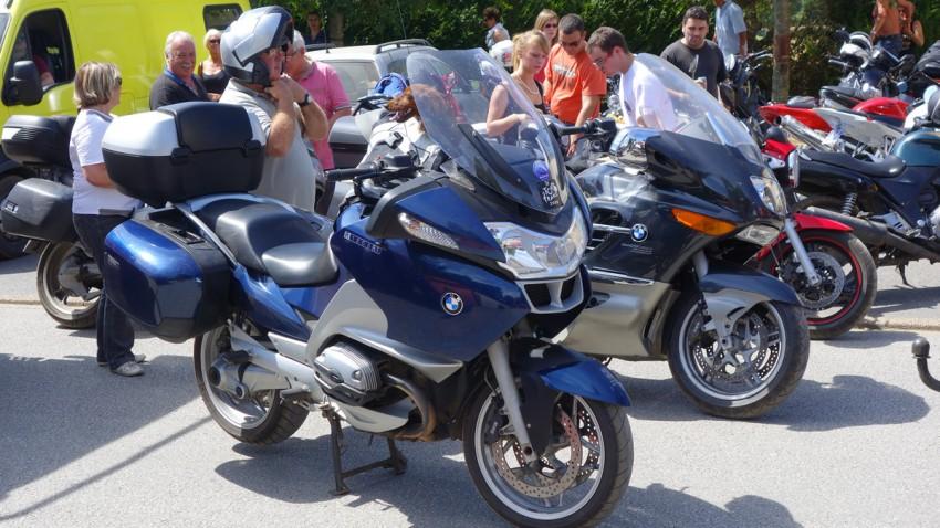 moto BMW avec un chien
