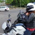Magda sur sa moto BMW