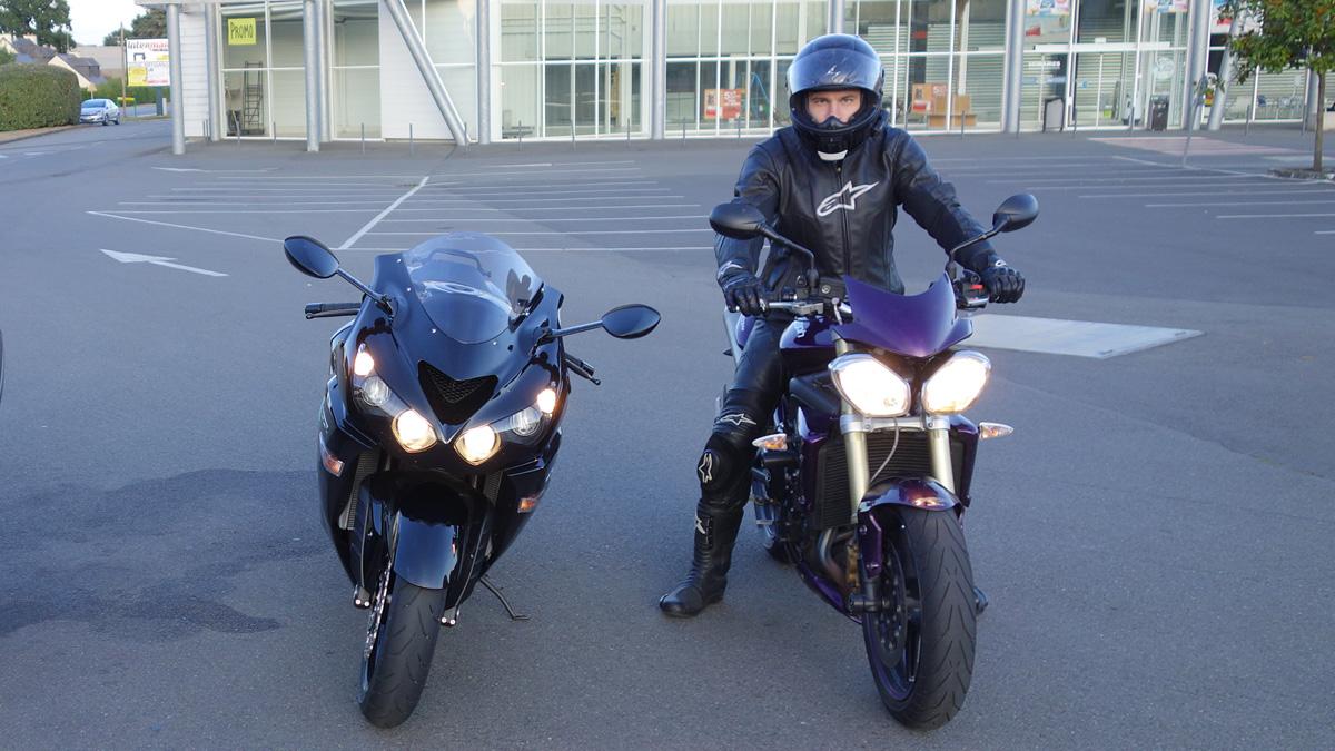 Alexandre sur son Street Triple à côté de mon ZZR 1400