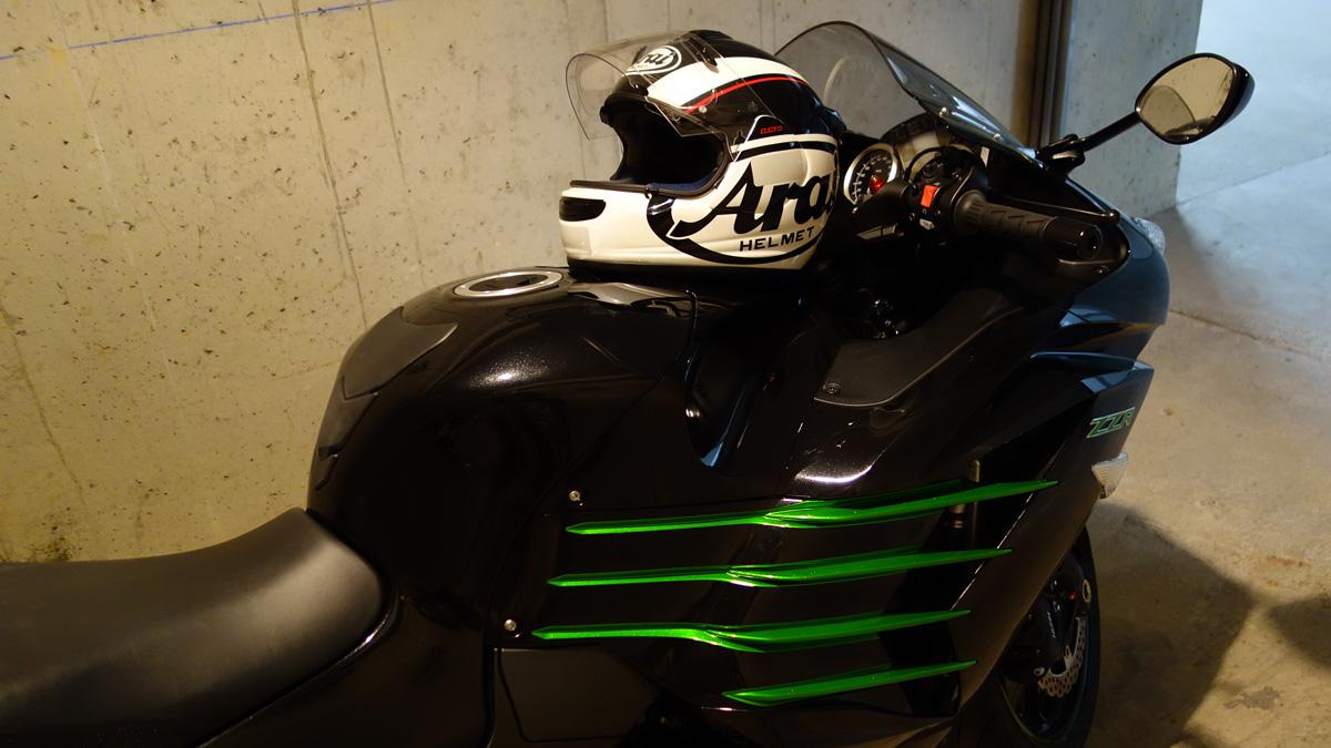 Casque moto Arai sur le ZZR 1400 Kawasaki de David Jazt