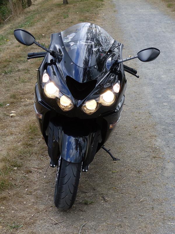 optique avant avec phare allumé sur le ZZR 1400
