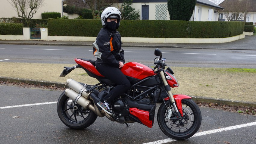 Laura sur sa Ducati Streetfighter 848 à Laval
