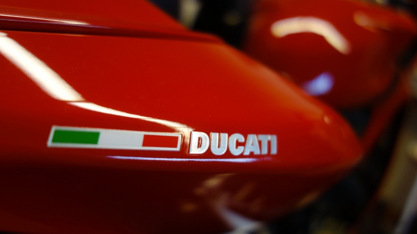 loto Ducati sur fond rouge