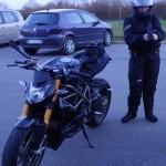 Laura près de mon Streetfighter 1098 S Ducati à Laval