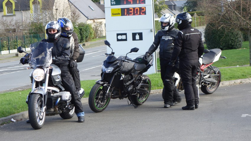 Arrêt essence à Lanvallay
