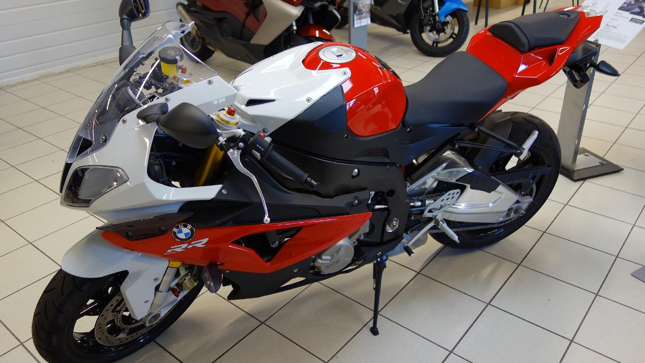 moto S1000RR rouge et blanche