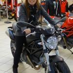Laura sur un Ducati Monster 696 noir mat