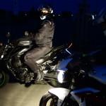 Motard roule la nuit