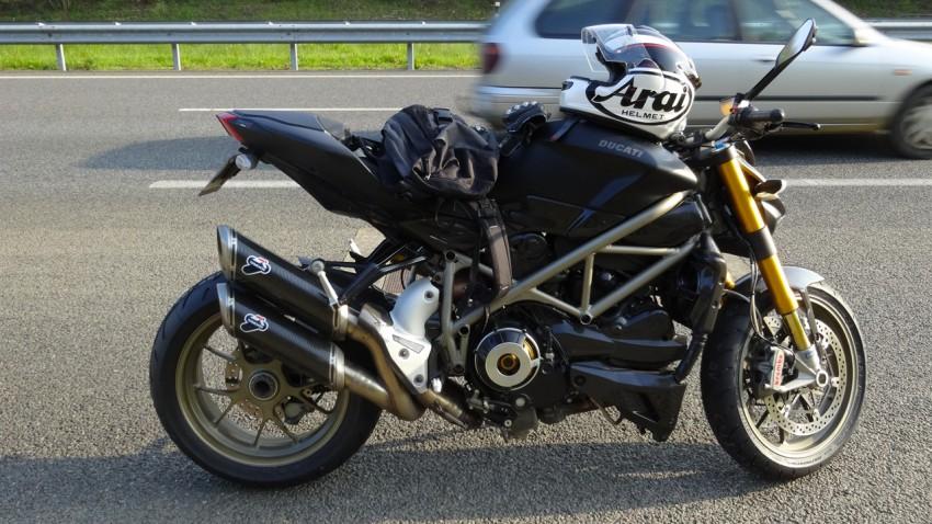 moto au bord de la route