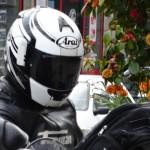 look de ouf de Jean-Claude en casque Arai