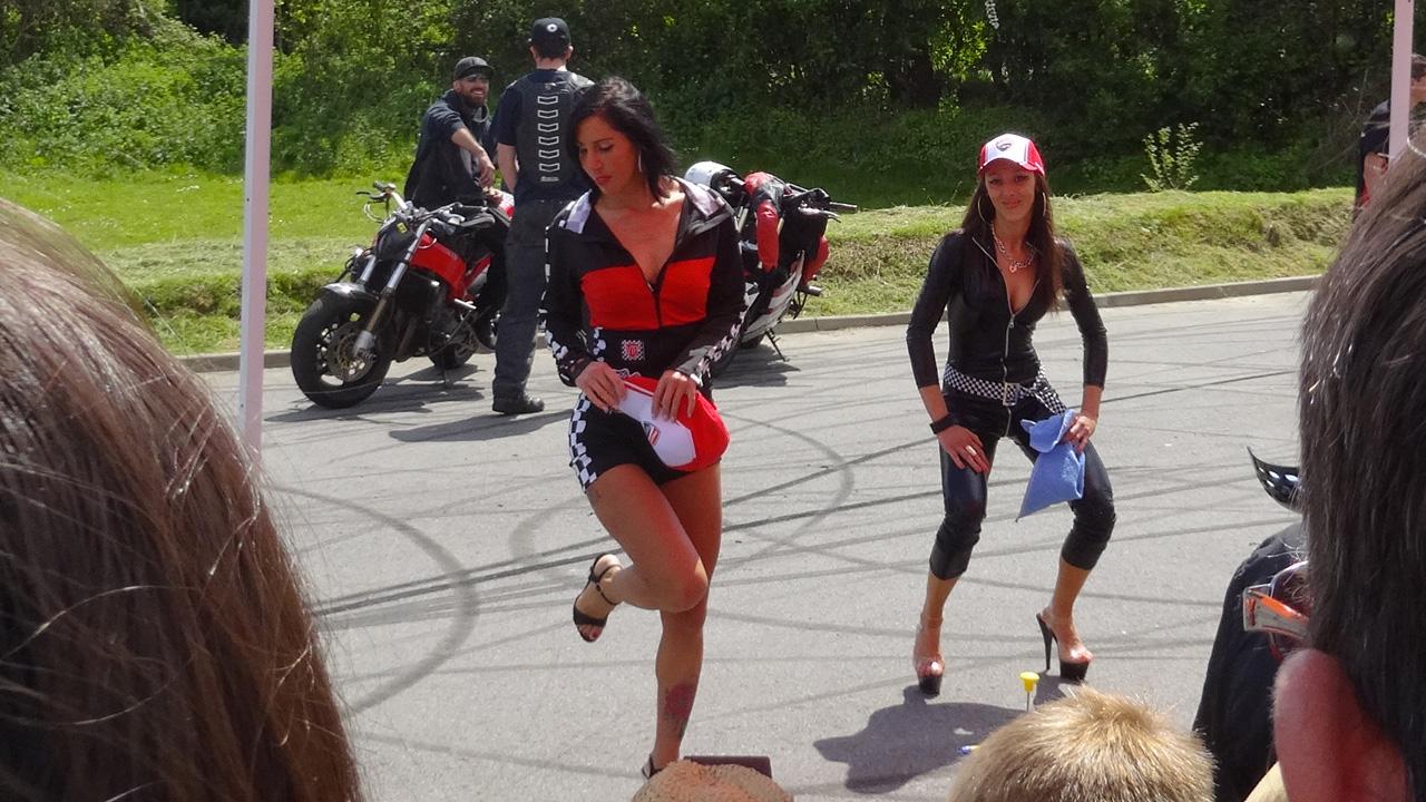 Paulette et Véronica, sexy bike Laval : lavage de moto nu