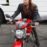 Laura sur une Ducati 796 rouge