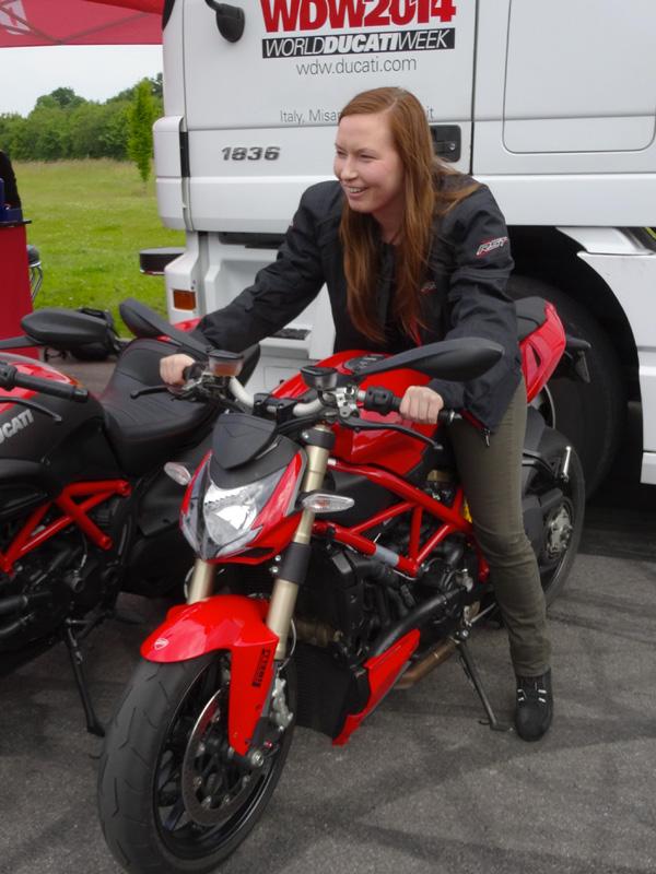 Mamzelle Laura sur une Ducati 848 Streetfighter rouge à Laval