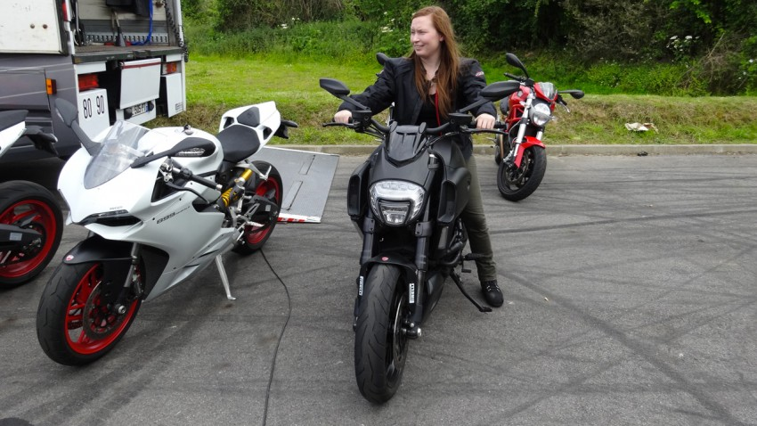 Laura sur une Ducati Diavel LED full black 2014