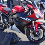 Yamaha R1 noire et rouge