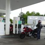 arrêt plein d'essence à moto
