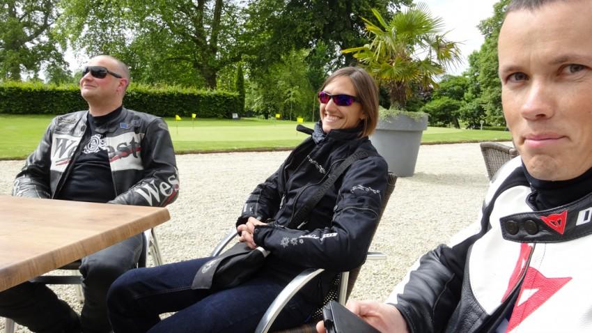 Arnaud, Céline et John au Club House du Domaine des Ormes