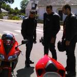 Les motards discutent autour des motos sportives