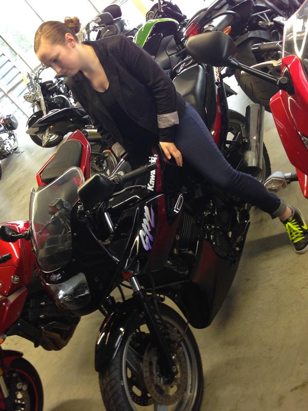 Laura en GPZ, première moto pour une motarde débutante