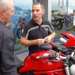 Jérôme de chez City bike présente le Monster 1200 S à Didier