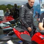 Jérôme de chez City Bike présente le Streetfighter à Pierre qui roule habituellement en Z750