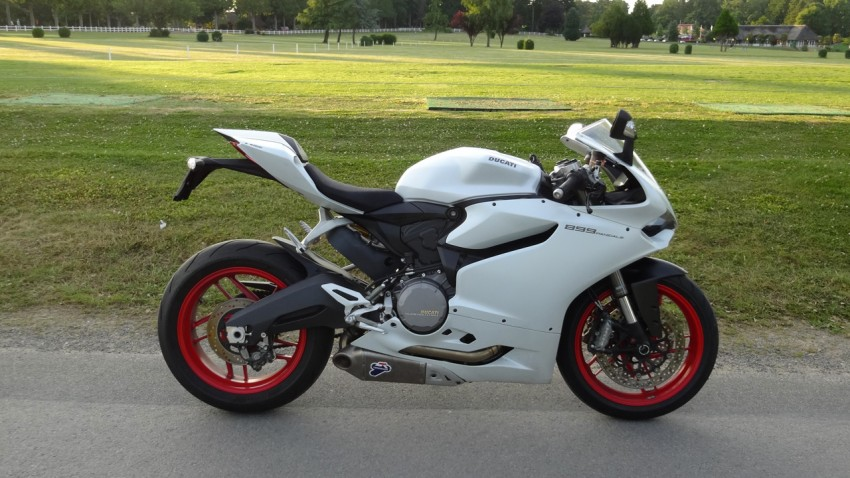 moto Ducati 899 blanche, jantes rouges