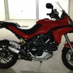 moto dans le garage : Ducati