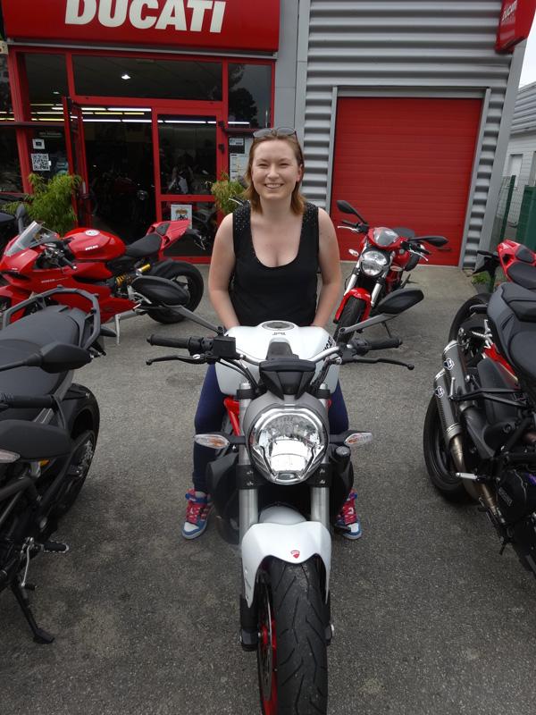 Laura essaye la Ducati 821