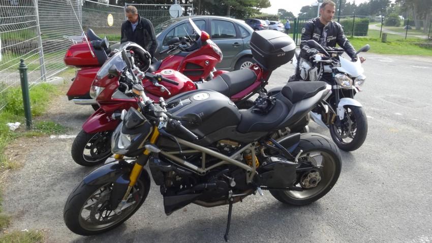 moto sur le parking du musée 39-45 de Saint-Malo près du camping vue mer