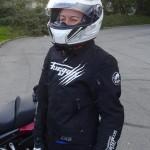 Agnès équipée motarde