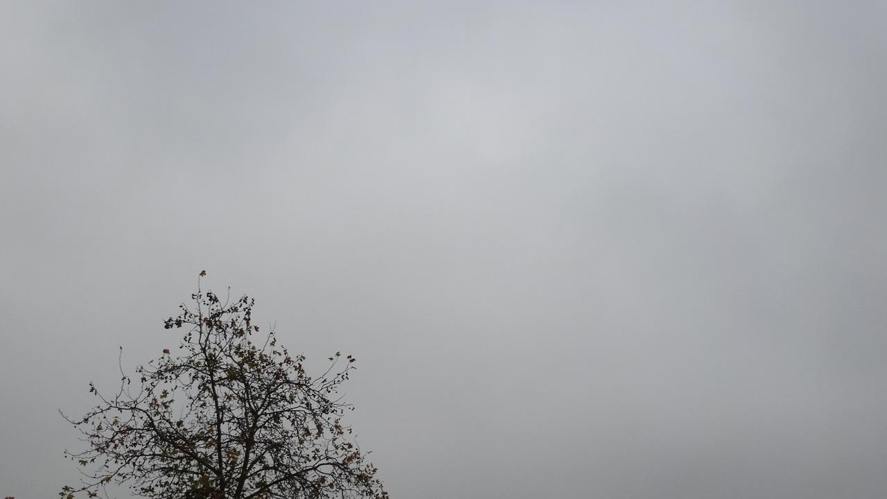 soleil se cache, ciel gris
