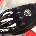 logo ducati sur les gants d'été
