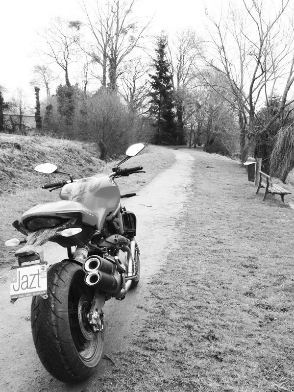 ducati monster en noir et blanc