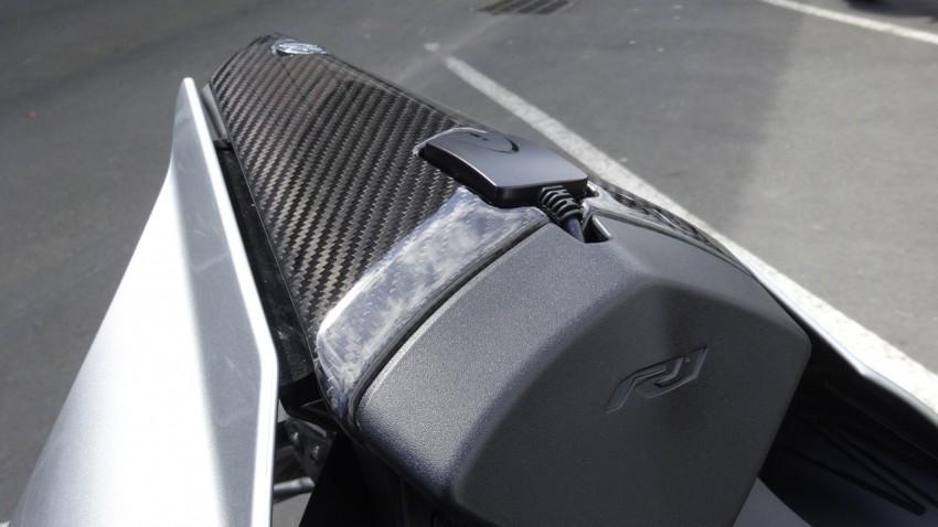 carbone sur le R1M Yamaha : capot de selle