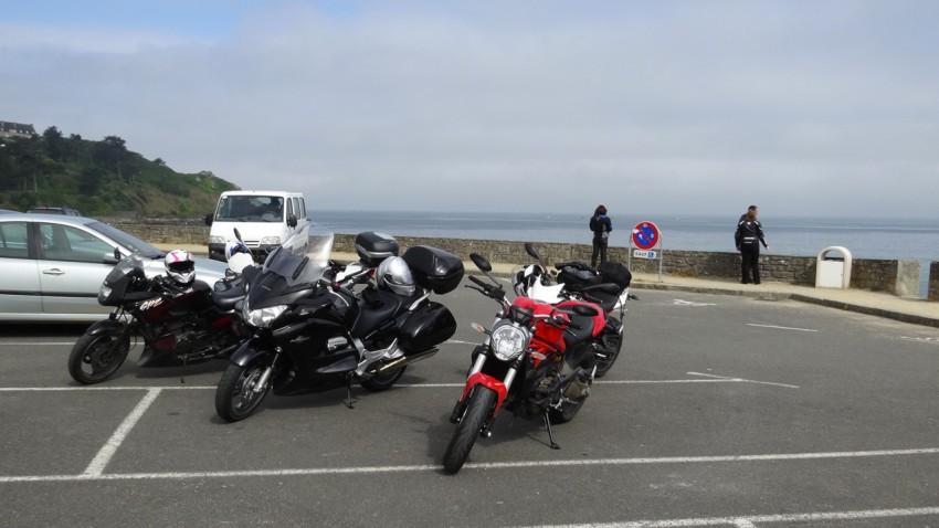 photo des motos Rennaises en bord de mer en côte d'Armor