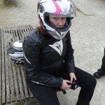 Laura sur les rotules à Landevennec