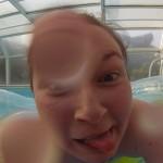 Laura fait la con sur sa bouée