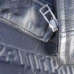 cuir de moto inutilisable avec la fermeture éclair