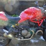 faire mousser la moto sous le shampoing